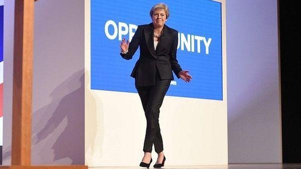 メイ英首相、党大会に踊って入場 昨年のせきや文字落下をネタに