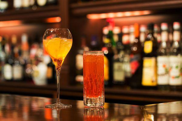 バーでカンパリ・アペロールのカクテルも楽しみたい