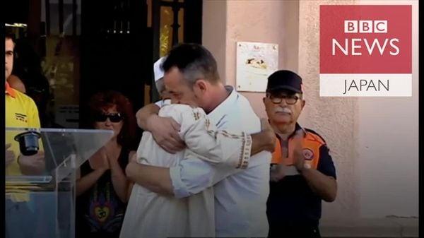 バルセロナ襲撃で息子失ったが…イスラム教指導者と抱擁