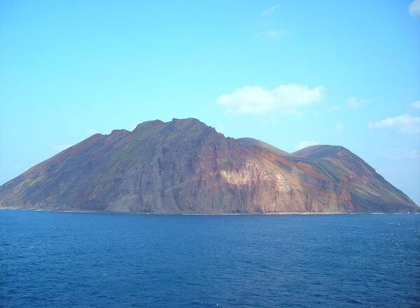 100人の男達が漂着した島、住居跡で発見したこと