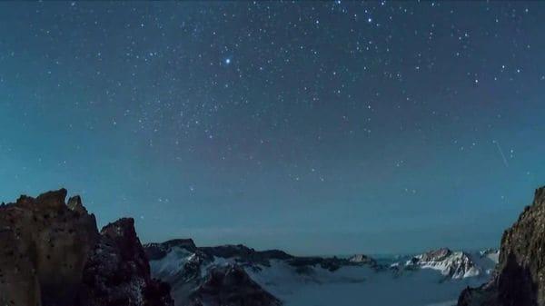 ふたご座流星群 冬の夜空に幻想的光景