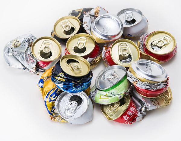 空き缶を捨てる時、つぶす? つぶさない?