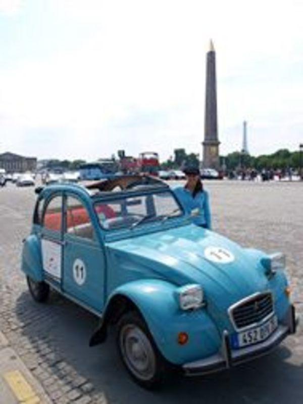 レトロな車はパリの大切な観光資源