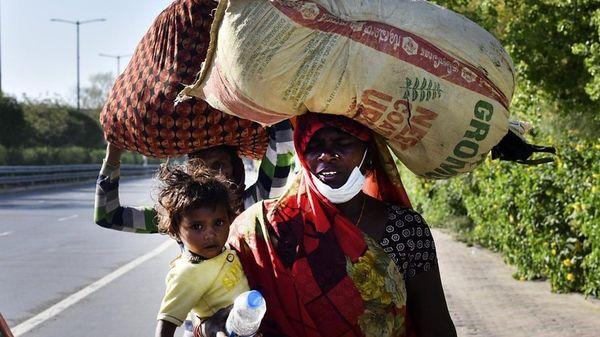 「260キロ歩くしかない」 インド封鎖、出稼ぎ労働者が大移動