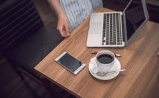 いつものカフェに上司がいたら仕事ははかどるか?