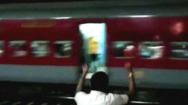インドで機関車なしの列車が逆走 乗客の恐怖