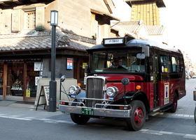 過疎の村に賑わいを連れてきたバス