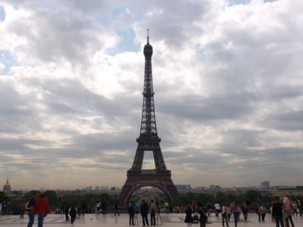 今も成長し続けるパリのエッフェル塔