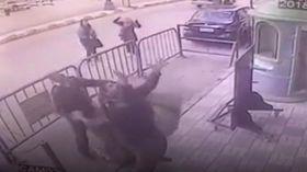 あっ子供が3階からぶら下がってる エジプトの警官たちとっさに