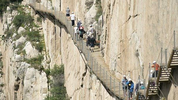 地上100メートル、スペインの「王の道」を歩く
