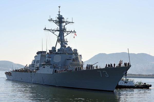 牙を剥いた中国艦、アメリカ駆逐艦に突進