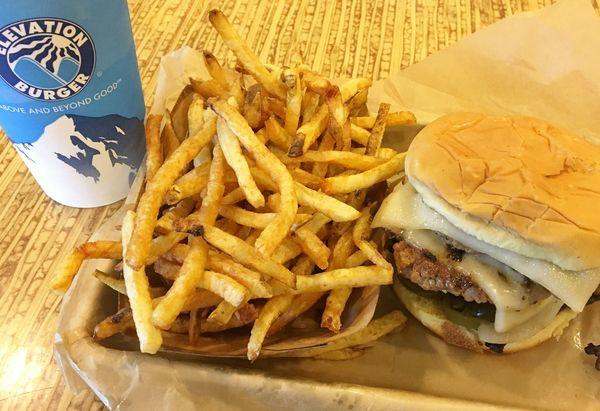 米国の若者が金欠でも高いハンバーガーを買うワケ
