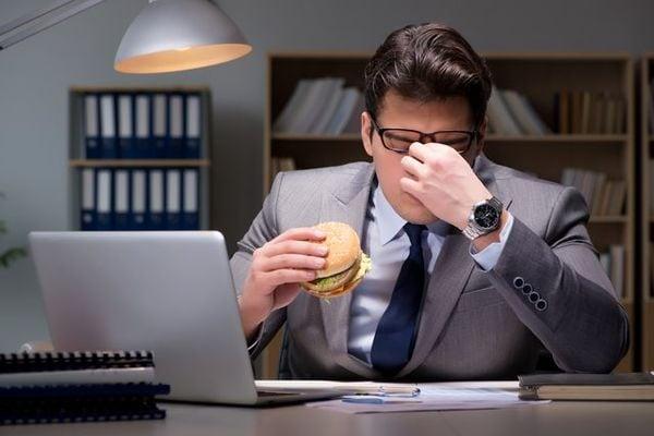 「眠いけれど食べたい体」で起きているホルモン変化
