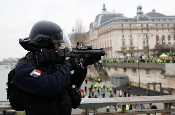 重機で政府庁舎襲撃!暴徒化が止まらない仏抗議運動