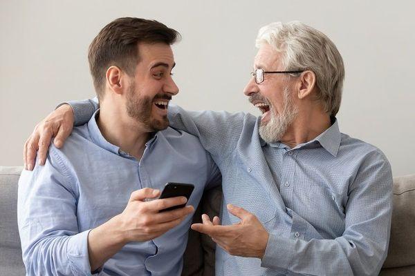 笑い合う男性2名