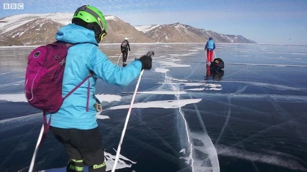 世界で1番深い湖、バイカル湖でスケート