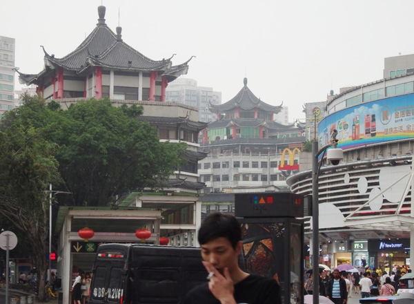 深センの繁華街で納得、中国の消費が低迷する理由