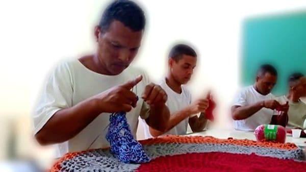 「インスピレーションと希望」 男性服役囚に編み物ブーム