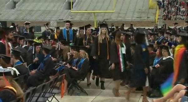 ペンス米副大統領が大学卒業式で祝辞 多くの学生退席