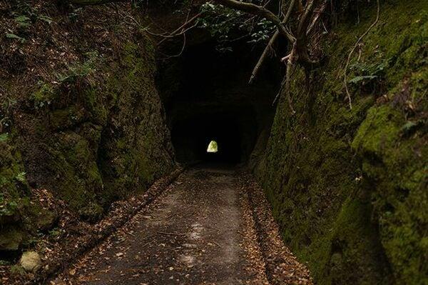 不気味なトンネルの先で見つけた謎の線路の正体