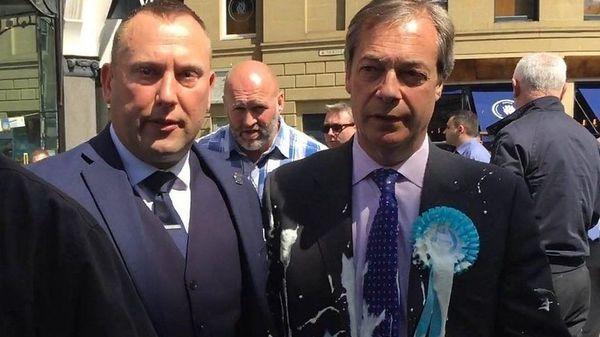 英ブレグジット党の党首にミルクシェイク投げ抗議 政治資金で批判も