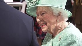 「ずるはできない?」 エリザベス英女王、無人レジの説明受け