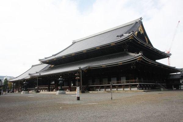 京都の駅前にはなぜ2つの「本願寺」があるのか?
