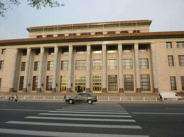 習近平がピンチ、中国「全人代」に流れる不穏な空気