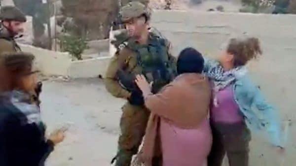 少女が兵士の顔をたたいたのはテロか ヨルダン川西岸の村で